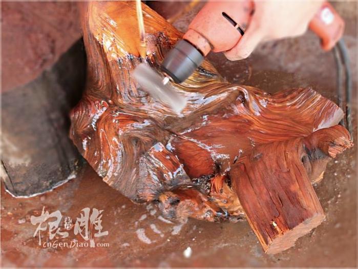 崖柏根雕制作打磨过程