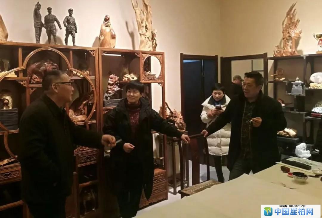 上图:苏显红根雕艺术工作室交流