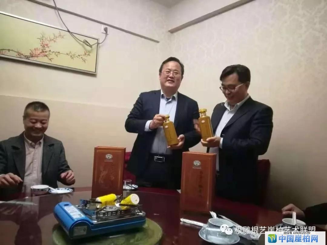 中国非物质文化遗产保护中心秘书长李明莉(右二)和胡中健(右一)