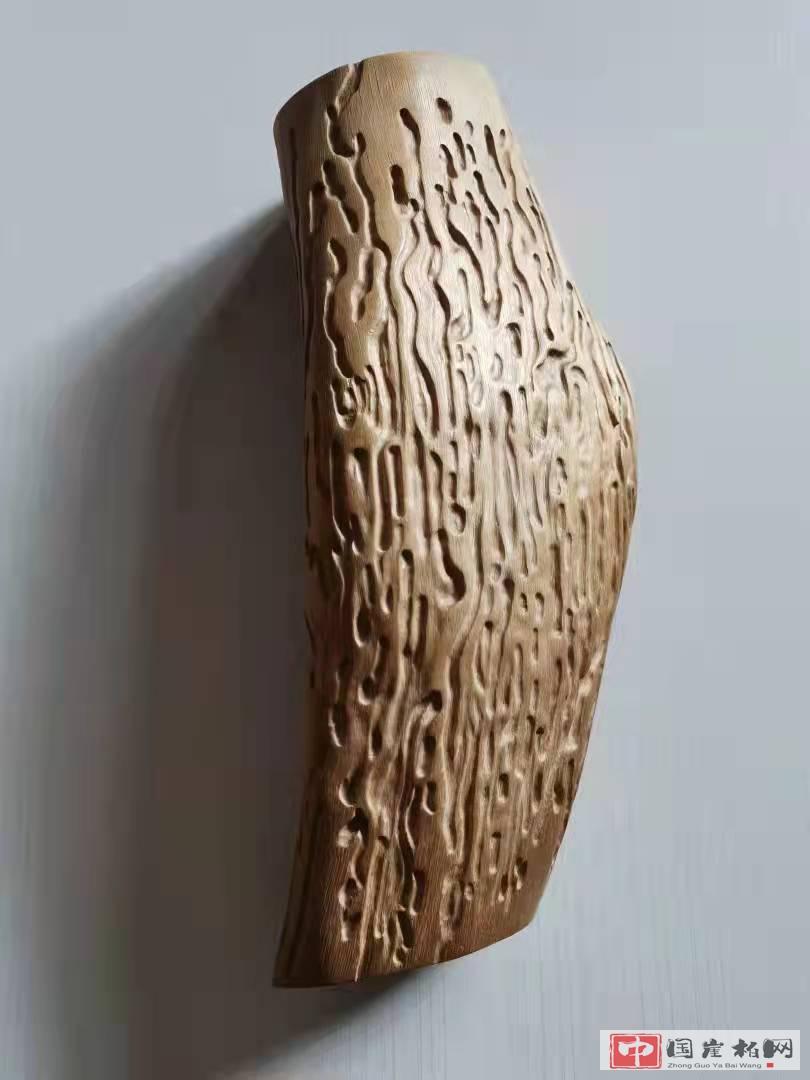 《虫雕》 榆树根作品  高37厘米  重575克